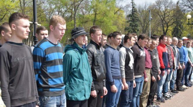 У Чернігові вчать молодь шанувати тих, хто вирушає у військо