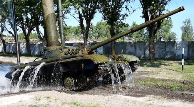 Так виглядають «водні процедури» танкістів у Десні. Фото