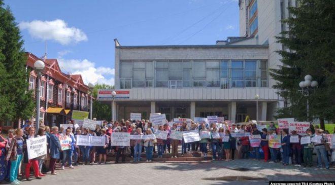 В Томске педагоги вышли на массовую акцию протеста