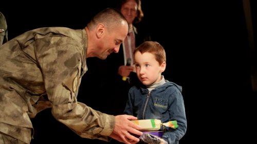 Діткам, загиблих на війні батьків, вручили пам'ятні кулони