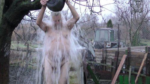 Загартування у 83 роки: двічі на день обливання крижаною водою
