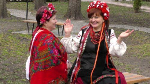 Військові жінки перевтілилися в образи «мирних» україночок
