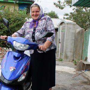 За кермом скутера мчить у справах пенсіонерка