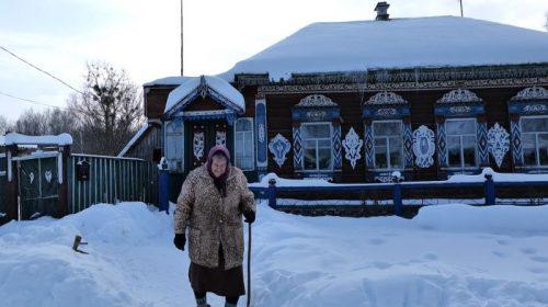 Магічний орнамент огорнув будинок у селі на Чернігівщині